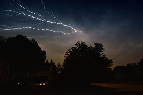 闪电是大气中的强放电现象,因闪电划过天空中的速度非常快而在人们心中留下深刻印象,更有闪电侠这种以速度著称的英雄人物。千变万化又神奇莫测的自然现象非常能够吸引人们的眼球。所以,很多摄影师都以捕捉到闪电引以为豪。但是,拍摄闪电出现的全过程是个需要极度耐心与经验的任务。首先,需要选择一个淋不到雨的安全场地。然后,因闪电出现的速度快,持续的时间短,我们需要使用长时间曝光来拍摄。这样,选择一个背景光线相对较暗的位置比较佳。然后根据预判闪电会出现的视角构图并选择相应的光圈,使用B门超长时间曝光拍摄,这样可以帮助