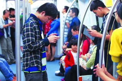 深圳地铁内使用手机和掌上电脑通过WiFi形式上网的乘客不在少数 CFP图片