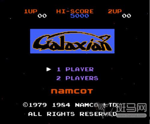 84年的小蜜蜂以宇宙作为游戏背景,玩家需要控制飞机射击组成阵列的
