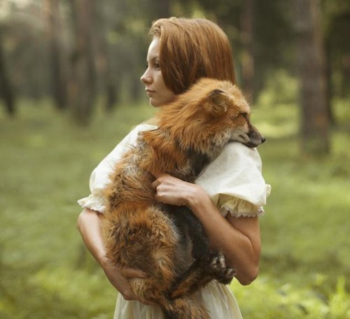 这次女孩与野生动物的写真相对没有那么超现实,反而比较像真实的
