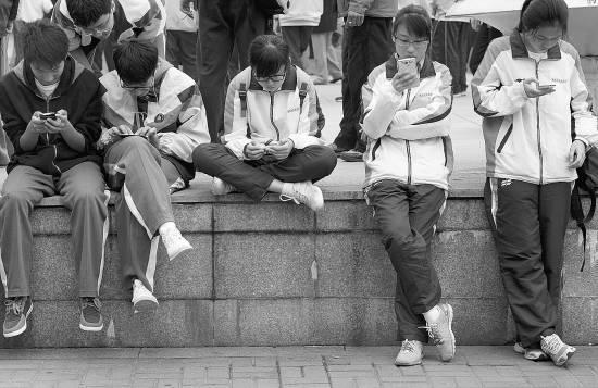 中小学禁手机:46.7%受访者支持27.2%反对