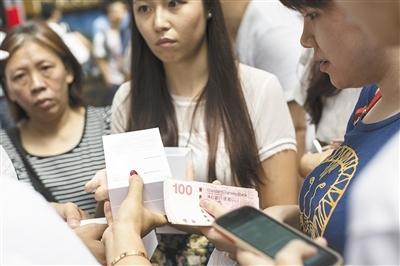 iPhone6中国式商机:工人、黄牛及果粉都很累
