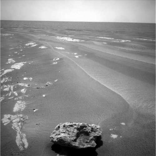 科技时代_机遇号在火星发现形状怪异黑陨石(图)