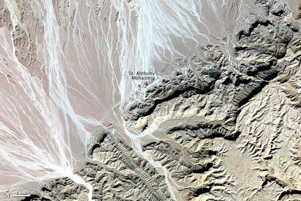 科技时代_卫星拍摄埃及山脉与平原之间分界线(图)