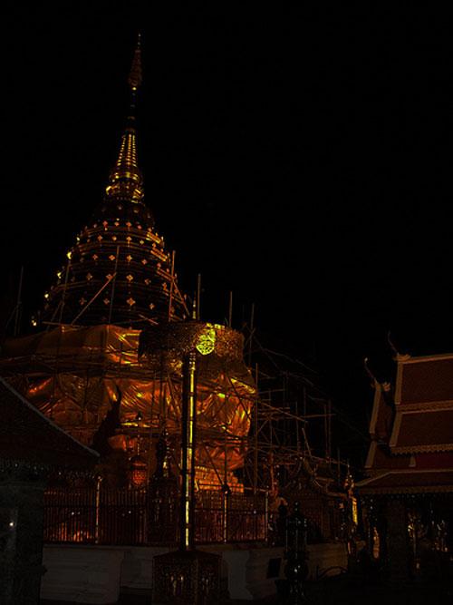 科技时代_图文:泰国清迈市双龙寺熄灯前后