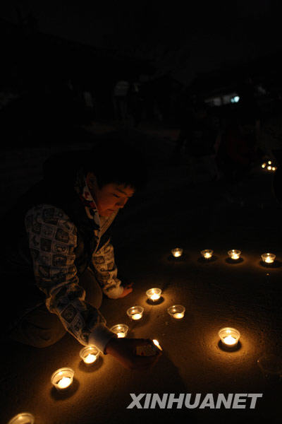 """图文:韩国儿童手捧蜡烛参加""""地球一小时"""""""