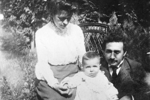 第一个妻子姿料_图文:爱因斯坦与妻子和 第一个 儿子