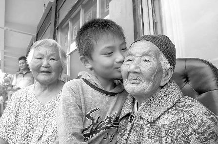 科技时代_中秋团圆庆生 寿星婆婆111岁
