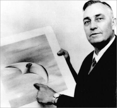 1947年6月24日,美国飞行员肯尼思・阿诺德(Kenneth Arnold)在华盛顿雷尼尔山(Mount Rainier)附近发现一系列不明飞行物