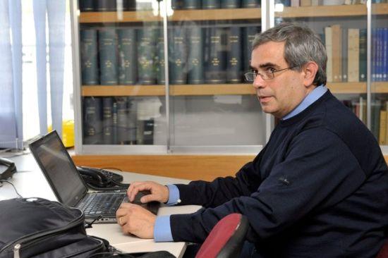 这是里昂法国国家物理研究所达里奥•奥替洛在周五举办的发布会上向满腹狐疑的同行们解释此次中微子实验的结果