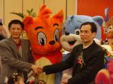 宏梦王宏(左)和三辰孙文华握手