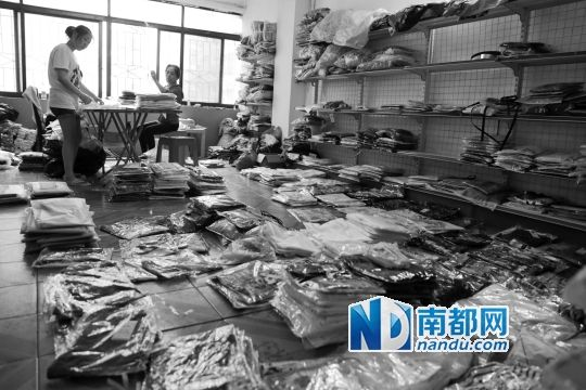 王力的淘宝店,每天下午整理货物,晚上交由物流公司送出。