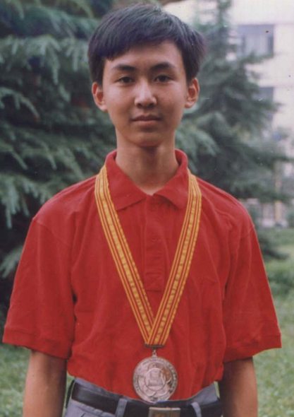 高三时,他被选拔进入中国信息学奥林匹克比赛集训队,而后进入国家队,并代表中国在匈牙利参加第十二届国际信息学奥林匹克竞赛(IOI96),获得金牌,被点招进入清华大学计算机系读本科。