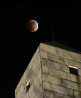 美国波士顿上空的红月亮