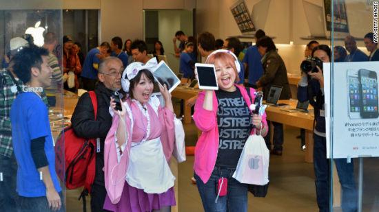 东京顾客兴奋地展示新买到的iPad Mini
