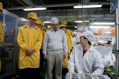 今年早些时候苹果CEO库克参观了富士康在中国的工厂