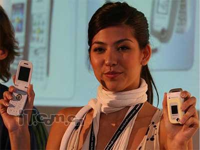 美女展示索爱新款手机
