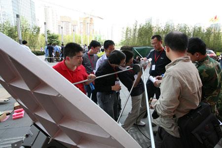 图文:中国联通技术人员调试基站设备