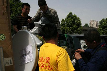 科技时代_图文:中国联通技术人员调试基站设备