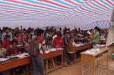灾区的孩子们在帐篷里上课
