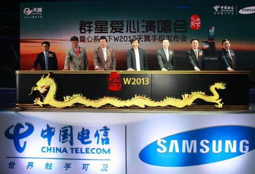 成龙(左四)和中国电信总经理杨杰(右三)和副总经理杨小伟(右二)共同出席发布会