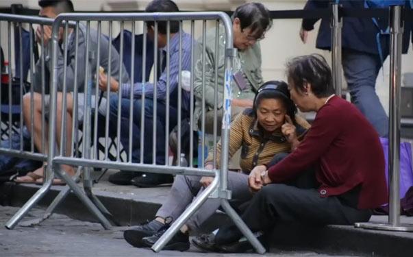 美国人眼中的纽约苹果店外排队中国黄牛党