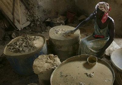 海地贫民用特有黄泥土制成泥饼充饥(图)