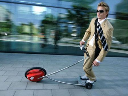男子发明三轮个人交通工具最高时速19公里(图)