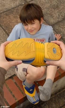 英国推出新型童鞋随孩子一起长大(图)