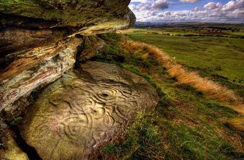 英国发现5000年前神秘巨型岩石雕刻(组图)