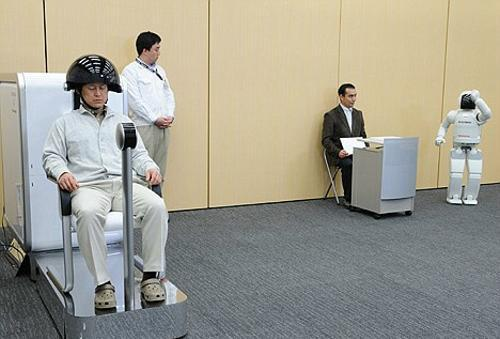 日本新技术用人脑意念操纵机器人(组图)