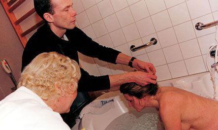 丈夫协助妻子水中分娩