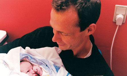 爸爸与宝宝亲密接触,陪产的丈夫很伟大