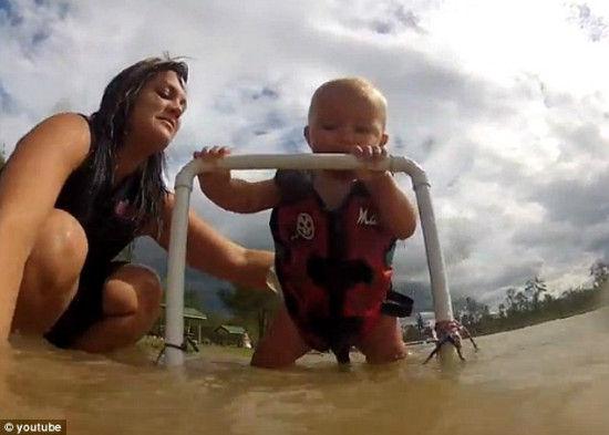 7月大婴儿学滑水视频走红网络