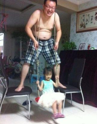 男子肩膀上绑绳给女儿当人肉秋千