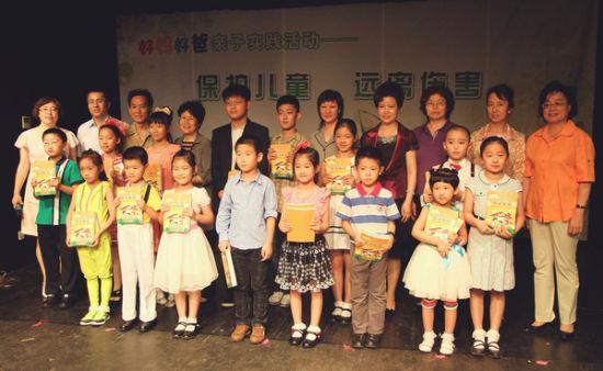 妇联、网校同志与来宾一起和可爱的孩子们合影