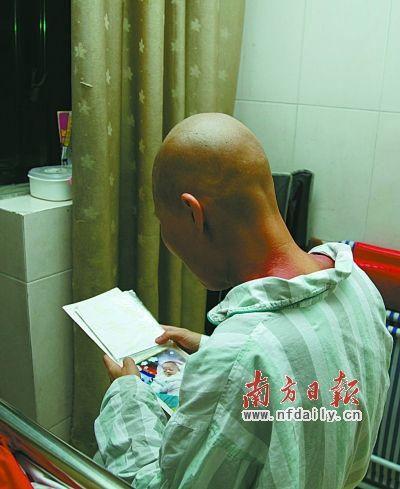 在病房里想念孩子的杨大姐。 南方日报记者 曾强 摄