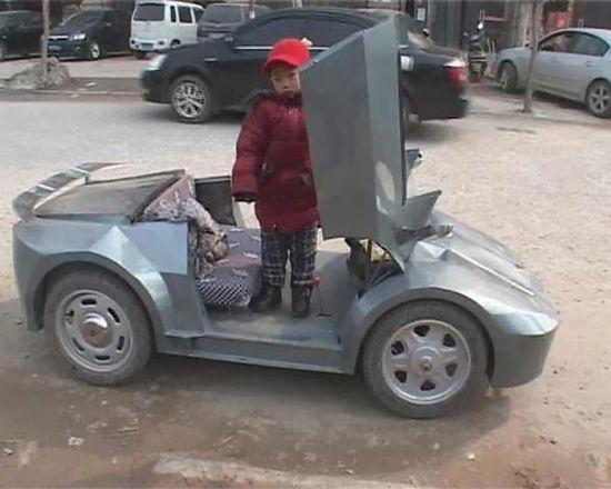 """郭大爷老家周口,目前在郑州照看孙子,这辆""""兰博基尼""""是他花费半年时间打造的,车型设计来源于网络上的图片。"""
