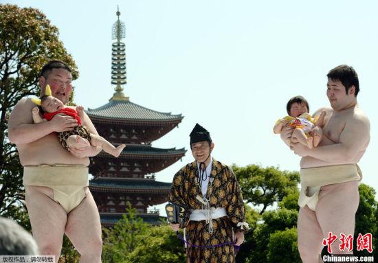 日本父母相信相扑运动员可以帮助让婴儿哭出来,孩子便能健康成长