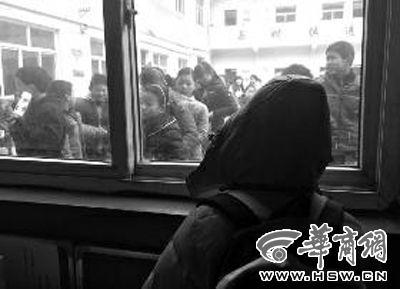 昨日,浩浩(化名)望着操场发呆 华商报记者 于卓 摄