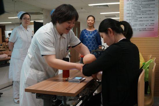 护士长一对一辅导准妈哺乳姿势