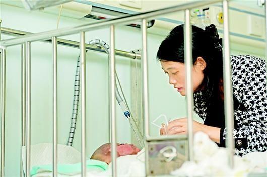 孩子在医院接受救治