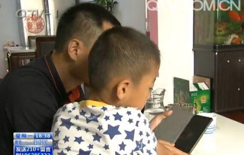爱玩手机游戏的7岁小男孩