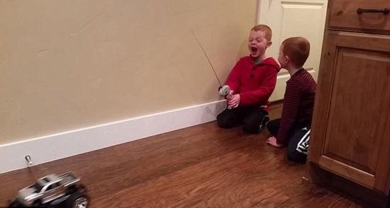 美国一名叫斯特莱克的小男孩遥控玩具车,勇敢地将与玩具车相连的乳牙拔出。