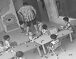 视频截图:孩子被保育员拖着往外走