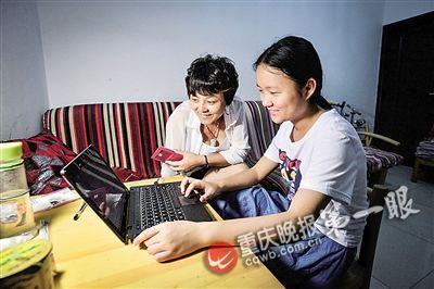 杨琪森在使用电脑