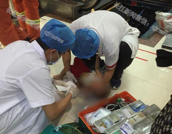 孩子被救出后,医护人员马上进行现场急救