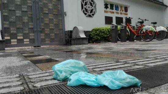 警方调查坠亡原因撤离后,留在地上的脚套