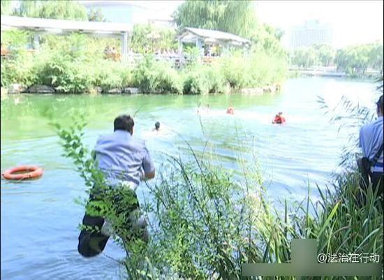 警察和消防人员齐力跳进湖中进行救援,最终将男子擒获,孩子得救
