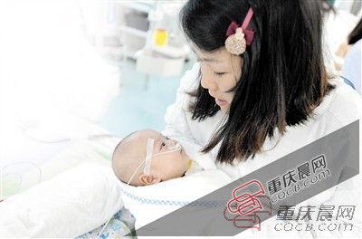 昨日,小草妈妈到医院看望宝贝女儿。 重庆晨报记者 杨新宇 摄
